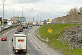 Circulation de voitures et de camions sur une autoroute