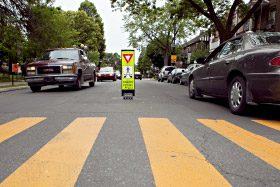 Passage piétonnier peint sur la chaussée et circulation de voitures