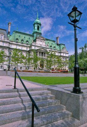 Photo d'un escalier devant l'Hôtel de Ville de Montréal